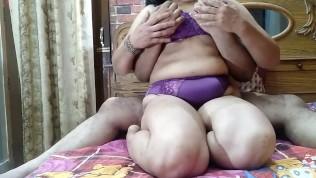 बड़े स्तन और बड़े स्तन भारतीय भाभी जोर से गंदे हिंदी ऑडियो के साथ