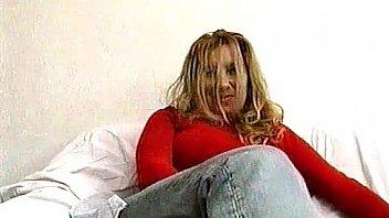बड़े स्तन के साथ सींग का बना गोरा