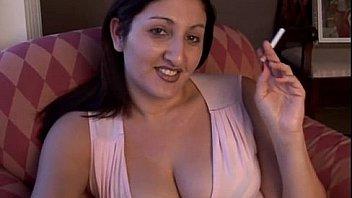 प्यारा गलफुल्ला श्यामला एक सेक्सी धूम्रपान विराम के दौरान उसके शरीर के साथ खेलना पसंद करता है